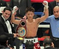 【WBO世界スーパーフライ級王座戦】ヨアン・ボワイヨに勝ち、7度目の防衛に成功した井上尚弥=横浜文化体育館で2017年12月30日、和田大典撮影