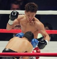 【WBO世界スーパーフライ級王座戦】一回、ヨアン・ボワイヨを攻める井上尚弥=横浜文化体育館で2017年12月30日、和田大典撮影
