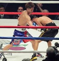 【WBO世界スーパーフライ級王座戦】三回、ヨアン・ボワイヨを攻め、ダウンを奪う井上尚弥(左)=横浜文化体育館で2017年12月30日、和田大典撮影
