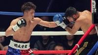 【WBO世界スーパーフライ級王座戦】三回、ヨアン・ボワイヨを攻める井上尚弥(左)=横浜文化体育館で2017年12月30日、和田大典撮影