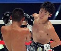 【WBC世界ライトフライ級王座戦】三回、ヒルベルト・ペドロサを攻める拳四朗=横浜文化体育館で2017年12月30日、和田大典撮影