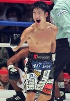 【WBC世界ライトフライ級王座戦】四回、ヒルベルト・ペドロサからダウンを奪い喜ぶ拳四朗=横浜文化体育館で2017年12月30日、和田大典撮影