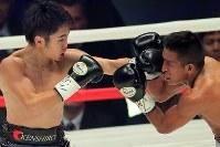 【WBC世界ライトフライ級王座戦】ニ回、ヒルベルト・ペドロサを攻める拳四朗(左)=横浜文化体育館で2017年12月30日、和田大典撮影