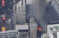 炎を上げて燃える建物(右)=東京都渋谷区で2017年12月31日午後2時4分、本社ヘリから宮間俊樹撮影
