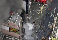 炎を上げて燃える建物(左)=東京都渋谷区で2017年12月31日午後2時7分、本社ヘリから宮間俊樹撮影