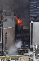 炎を上げて燃える建物=東京都渋谷区で2017年12月31日午後2時7分、本社ヘリから宮間俊樹撮影