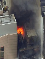 炎を上げて燃える建物=東京都渋谷区で2017年12月31日午後2時4分、本社ヘリから宮間俊樹撮影