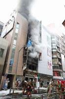 煙を上げて燃える雑居ビル(中央)=東京都渋谷区で2017年12月31日午後2時3分、長谷川直亮撮影