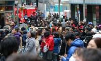 渋谷センター街の火事を不安そうに見つめる大勢の人たち=東京都渋谷区で2017年12月31日午後2時19分、長谷川直亮撮影