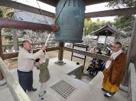 避難指示が解除されて初めての「除夜の鐘」をつく人たち=福島県浪江町で2017年12月31日午後0時16分、宮武祐希撮影