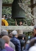 避難指示が解除されて初めての除夜の鐘をつく人たち=福島県浪江町で2017年12月31日午後0時17分、宮武祐希撮影