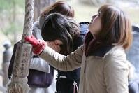 避難指示が解除され、初めての除夜の鐘をつく大聖寺で手を合わせる人たち=福島県浪江町で2017年12月31日午前11時42分、宮武祐希撮影