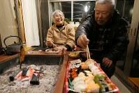 自宅で年末を過ごす志賀俊利さん(右)と絹子さん=福島県浪江町で2017年12月31日午後6時5分、宮武祐希撮影