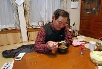 大みそかを迎え、一人でそばを食べる佐野幸正さん=福島県飯舘村で2017年12月31日午後4時47分、喜屋武真之介撮影