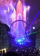 スペースワールドは花火イリュージョンなどのファイナルイベントで27年の歴史に幕を閉じた=北九州市八幡東区で2017年12月31日午後6時4分、上入来尚撮影