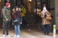 雪の降る中、信号待ちをする人たち=東京都台東区で2017年12月31日午前9時40分、渡部直樹撮影