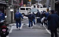 男性2人が刺された現場周辺を調べる捜査員ら=京都市伏見区で2017年12月31日午後5時3分、猪飼健史撮影