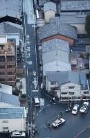 住宅街で男性2人が刺された現場を調べる捜査員ら=京都市伏見区で2017年12月31日午後4時42分、本社ヘリから三村政司撮影