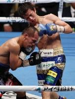 【WBA・IBFライトフライ級王座統一戦】六回、ミラン・メリンド(左)を攻める田口良一=大田区総合体育館で2017年12月31日、佐々木順一撮影