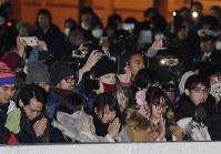 新年を迎え、初詣に訪れた参拝客=東京都渋谷区の明治神宮で2018年1月1日午前0時、竹内紀臣撮影