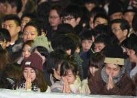 新年を迎え、願いを込めて手を合わせる参拝者たち=名古屋市熱田区の熱田神宮で2018年1月1日午前0時2分、木葉健二撮影