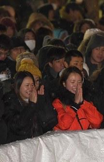 新年を迎え、初詣に訪れた参拝客=札幌市中央区の北海道神宮で2018年1月1日午前0時21分、竹内幹撮影