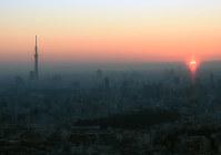 サンシャイン60展望台から眺める初日の出=東京都豊島区で2018年1月1日午前6時50分、松崎進撮影