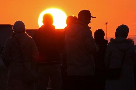 避難指示が解除されて初めて迎える元日、初日の出を見る浪江町民たち=福島県浪江町で2018年1月1日午前6時50分、宮武祐希撮影
