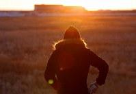 避難指示が解除されて初めて迎える元日、初日の出を見る男性=福島県浪江町で2018年1月1日午前6時56分、宮武祐希撮影