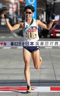 1位でフィニッシュする旭化成の鎧坂哲哉=前橋市で2018年1月1日、小川昌宏撮影