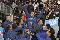 優勝し、選手に胴上げされる旭化成の西政幸監督(中央)=前橋市で2018年1月1日、渡部直樹撮影
