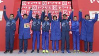 2連覇し、記念撮影に応じる旭化成の選手たち=前橋市で2018年1月1日、渡部直樹撮影