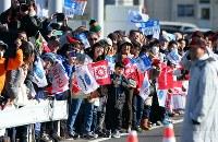 沿道から選手に声援を送る大勢の人たち=前橋市で2018年1月1日午前10時13分、小川昌宏撮影