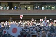 新年の一般参賀で、訪れた人に手を振られる天皇、皇后両陛下と皇族方=皇居で2018年1月2日午前10時13分、藤井達也撮影