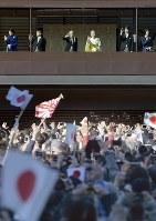 新年の一般参賀で、訪れた人に手を振られる天皇、皇后両陛下と皇太子ご夫妻、秋篠宮ご夫妻=皇居で2018年1月2日午前10時13分、藤井達也撮影