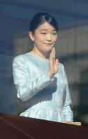 新年の一般参賀で訪れた人たちに手を振られる秋篠宮家の長女眞子さま=皇居で2018年1月2日午前10時13分、武市公孝撮影