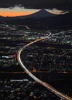 帰省先などからのUターンラッシュで、東京方面(手前)への車が渋滞する東名高速道路・海老名JCT付近。奥は富士山=神奈川県海老名市で2018年1月2日午後5時25分、本社ヘリから手塚耕一郎撮影