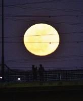 新年を迎えた街を照らすスーパームーン=横浜市港北区で2018年1月2日午後5時11分、岩下幸一郎撮影