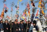 震災後初めて請戸漁港で行われた出初め式でに臨む漁師たち=福島県浪江町で2018年1月2日午前8時16分、小出洋平撮影