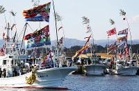 震災後初めて請戸漁港で行われた出初め式で、大漁旗を掲げ出港する漁船=福島県浪江町で2018年1月2日午前8時40分、小出洋平撮影