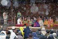 時折雪が舞う中、行われた「かるた始め式」=京都市東山区の八坂神社で2018年1月3日午後1時34分、小松雄介撮影