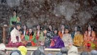 時折雪が舞う中、行われた「かるた始め式」=京都市東山区の八坂神社で2018年1月3日午後1時33分、小松雄介撮影