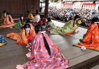 多くの初詣客らが見守る中、優雅に行われた「かるた始め式」=京都市東山区の八坂神社で2018年1月3日午後1時20分、小松雄介撮影