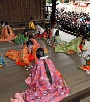 多くの初詣客らが見守る中、優雅に行われた「かるた始め式」=京都市東山区の八坂神社で2018年1月3日午後1時22分、小松雄介撮影