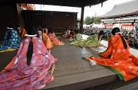 多くの初詣客らが見守る中、優雅に行われた「かるた始め式」=京都市東山区の八坂神社で2018年1月3日午後1時16分、小松雄介撮影