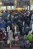 Uターンラッシュがピークを迎え、東北・信越方面から到着した新幹線を降りた大勢の乗客たち=JR東京駅で2018年1月3日午後3時24分、手塚耕一郎撮影