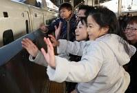 Uターンラッシュのピークを迎えたJR名古屋駅のホームで親族を見送る家族連れ=名古屋市中村区で2018年1月3日午後3時31分、兵藤公治撮影