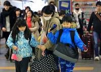 大きな荷物を持った家族連れなどで混雑するJR札幌駅のホーム=2018年1月3日午後2時42分、梅村直承撮影