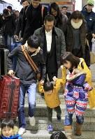 大きな荷物を持った家族連れなどで混雑するJR札幌駅のホーム=2018年1月3日午後2時43分、梅村直承撮影