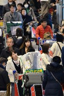 年末年始を海外で過ごした人たちで混雑する成田空港到着ロビー=成田空港第1旅客ターミナルビルで2018年1月3日午後3時36分、近藤浩之撮影